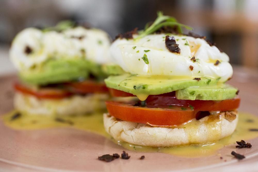 HUEVOS BENEDICTINOS:  Huevos poche con tomate y palta sobre english muffin y salsa holandesa.