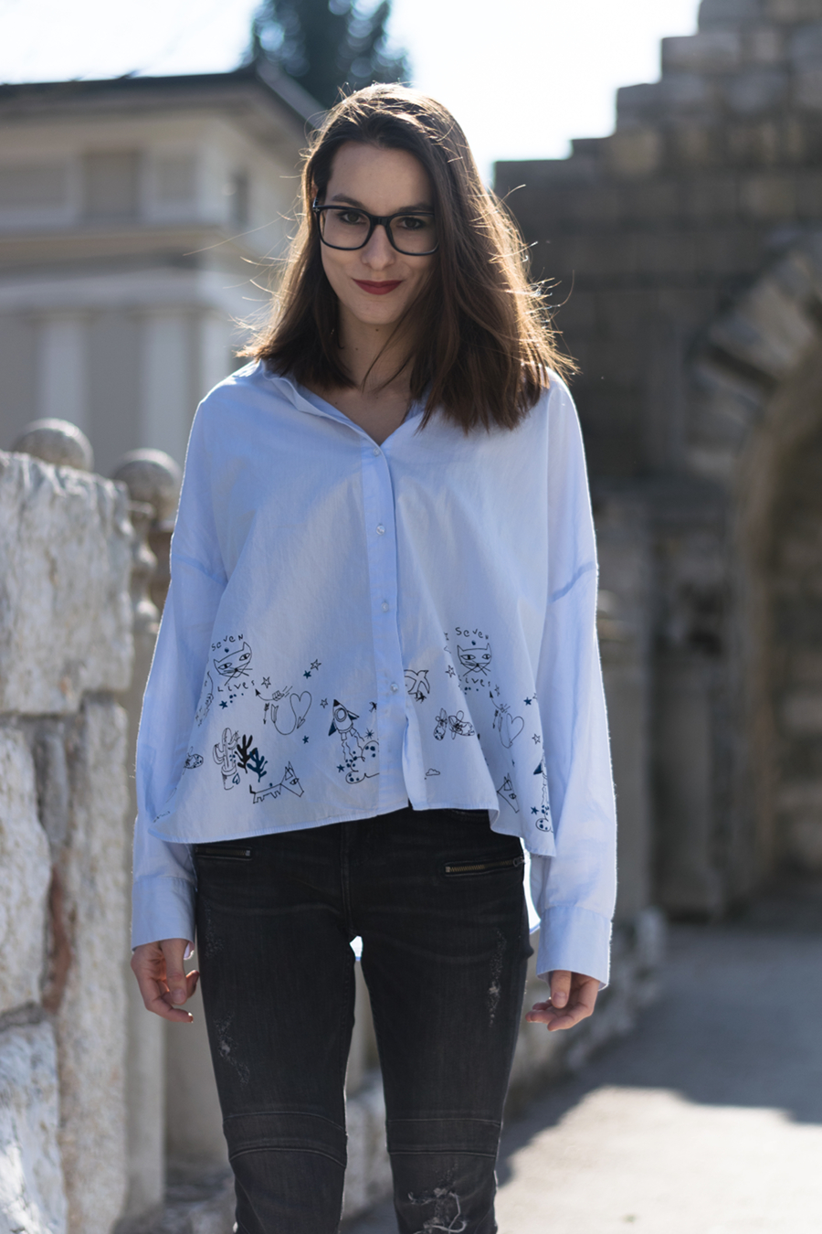 Chic spring outfit with a unique shirt, styled by a fashion blogger Fash 'n' fudge.