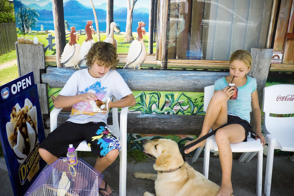 015_didi-s_gilson_australian_street_photography_fredrickton_nsw_2007_candid_kids_strangers_pets_food_colour.jpg