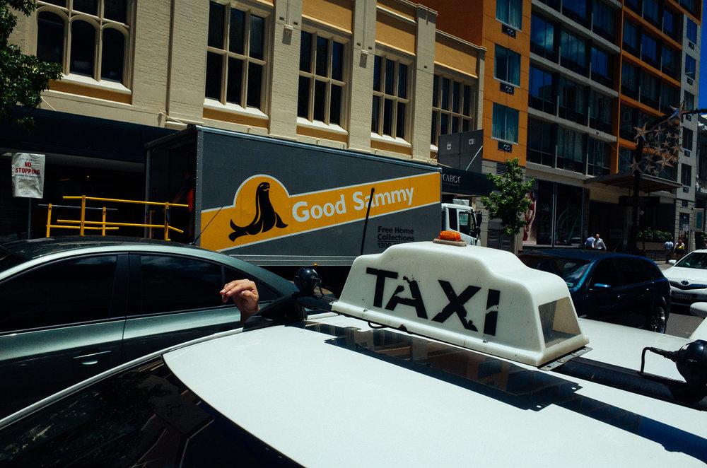 justin_tan_torres_australian_street_photography_emu_hand_taxi_perth_2017_04..jpg