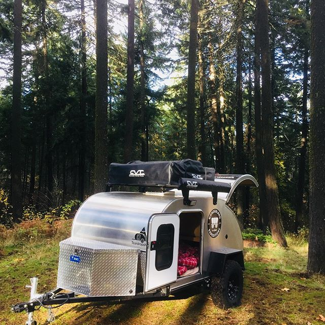 It's #flannelsheetseason! Check out our options for fall and winter, including rigs with hot air furnaces! . . . . . #fallcamping #campingelevated #WExpeditions #columbiarivergorge #columbiarivergorgeous #teardroptrailer #offroad #overlanding #fallcolors #thereisnooffseason #weekendvibes  #campvibes #flannelsheets