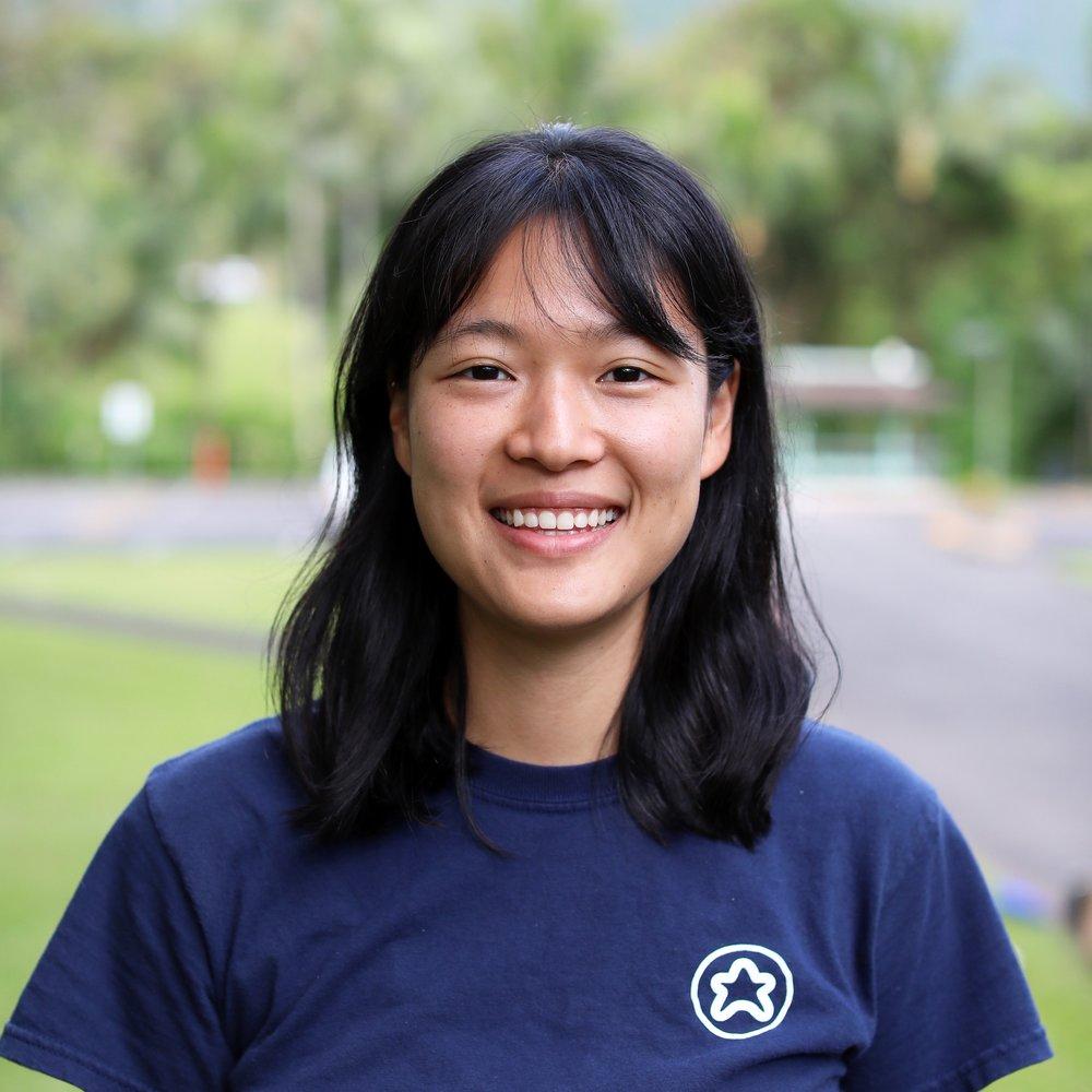 신나경 (Elizabeth Shin) 프로그램 디렉터    미국 노스캐롤라이나 주에 있는 데빗슨대학교 졸업 후, 여행과 교육에 관한 꿈과 열정으로 미국, 온두라스, 아르헨티나, 한국, 일본 등에서 아이들에게 영어를 가르쳤습니다. 육상을 취미로 하여 중국, 칠레, 요르단 등에서 울트라 마라톤 자원봉사자로 참여하였고 에콰도르에서 250킬로미터 마라톤을 완주했습니다.