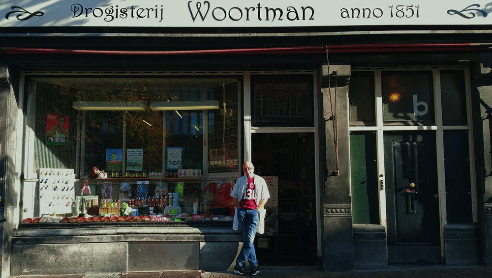 Drogisterij Woortman, anno 1851. Loop binnen op Neude nr.