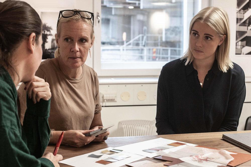 Kulörval.  Frida Stockhaus, Johanna Pålstedt och Josefina Widerström vänder, vrider och väljer material och kulörer.