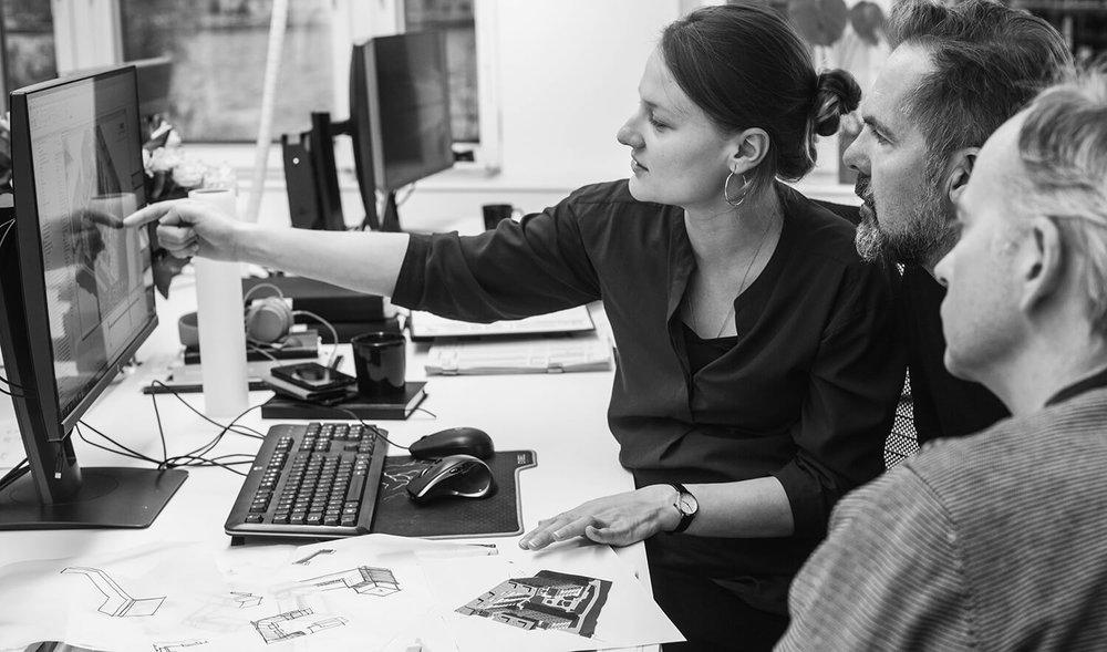 ARBETSGRUPp.  Svetlana Tutanova, Mats Carlsson och Mattias Dalgaard diskuterar lösningar för kvarteret Masugnen.