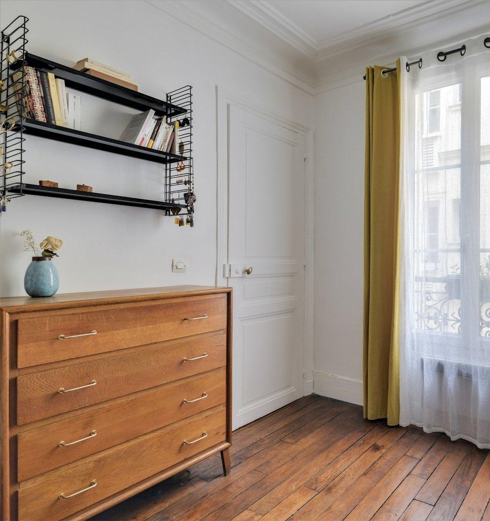 commode vintage années 60 étagères métal tomado rideaux chaise bistrot chinée