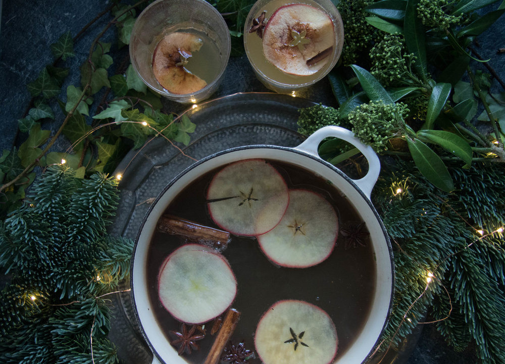 mulled cider with christmas spices le crueset  (1 of 1).jpg