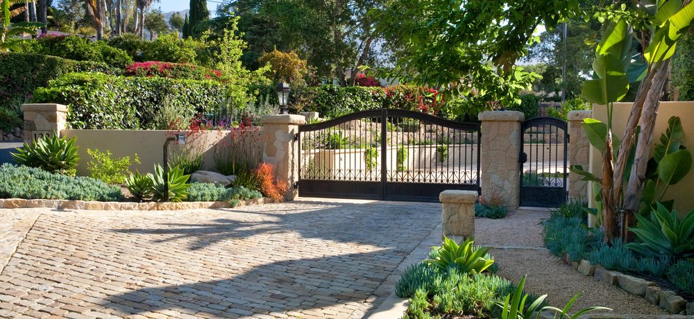 6-entry-gate-cobblestone-drive.jpg
