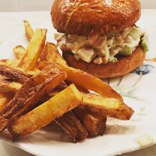 It's all about the ratios....as in  creamy lobster —  buttery brioche bun.  sea salt —  crispy fries. grapefruit tang —  sauvignon blanc pour. rainy skies —  couch napping.  I'd say that Labor Day '18 was an overall mathematical success 🇺🇸 #homefries #lobsterroll #dinner #foodporn #foodphoto #instafood #yum #lobster #newzealandsauvignonblanc #labordayweekend #dallas #lecreuset