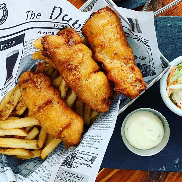 I see you #fishfriday and I gotcha covered thanks to this sublime order of fish n chips from #playwrightpub . . . . . . #dallaseats #friday #nomeatfriday #fishandchips #lunchdate