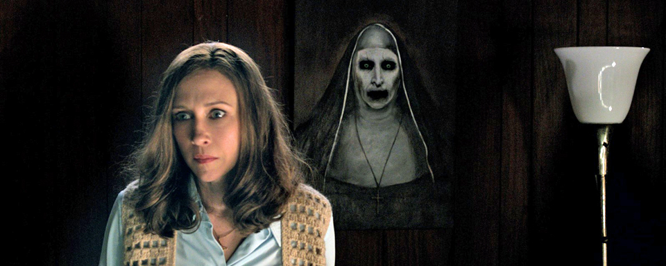 Vera Farmiga,  in una scena di  The Conjuring 2.