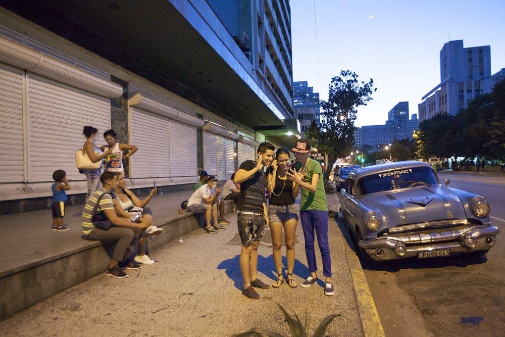 Cuban Girl in Wi-Fi Zone | Joven Cubana en Zona Wi-Fi  (2015)