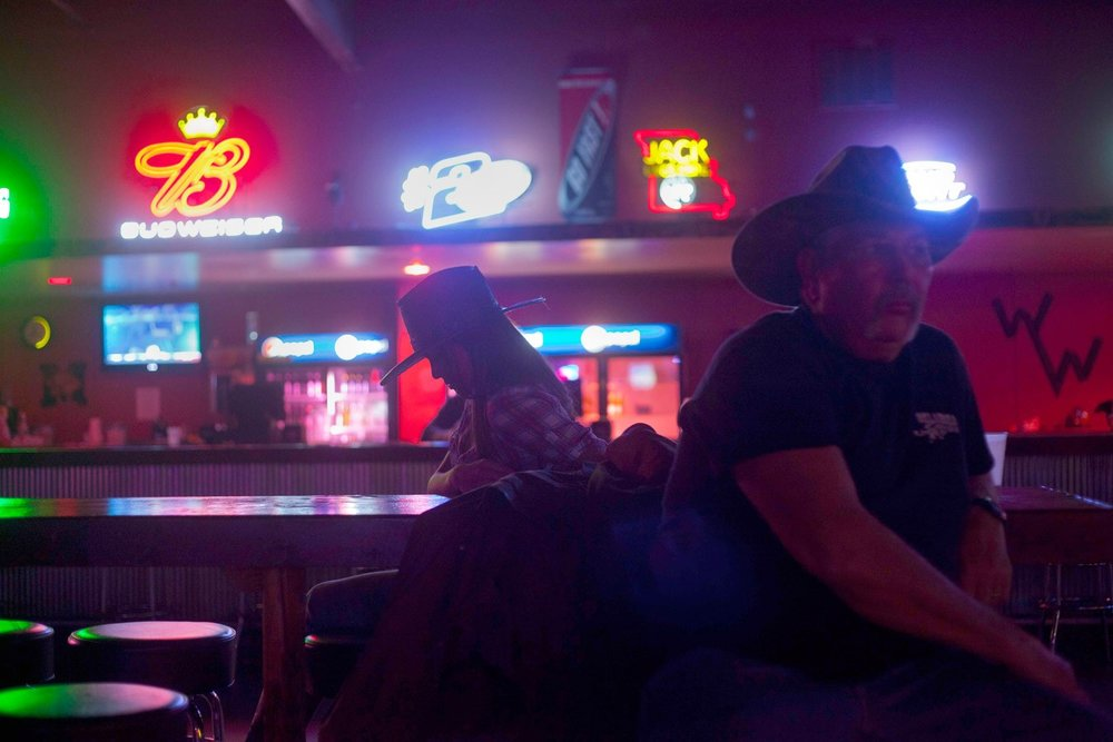 Woman at Country Music Bar |  Mujer en Bar Country  (2012)