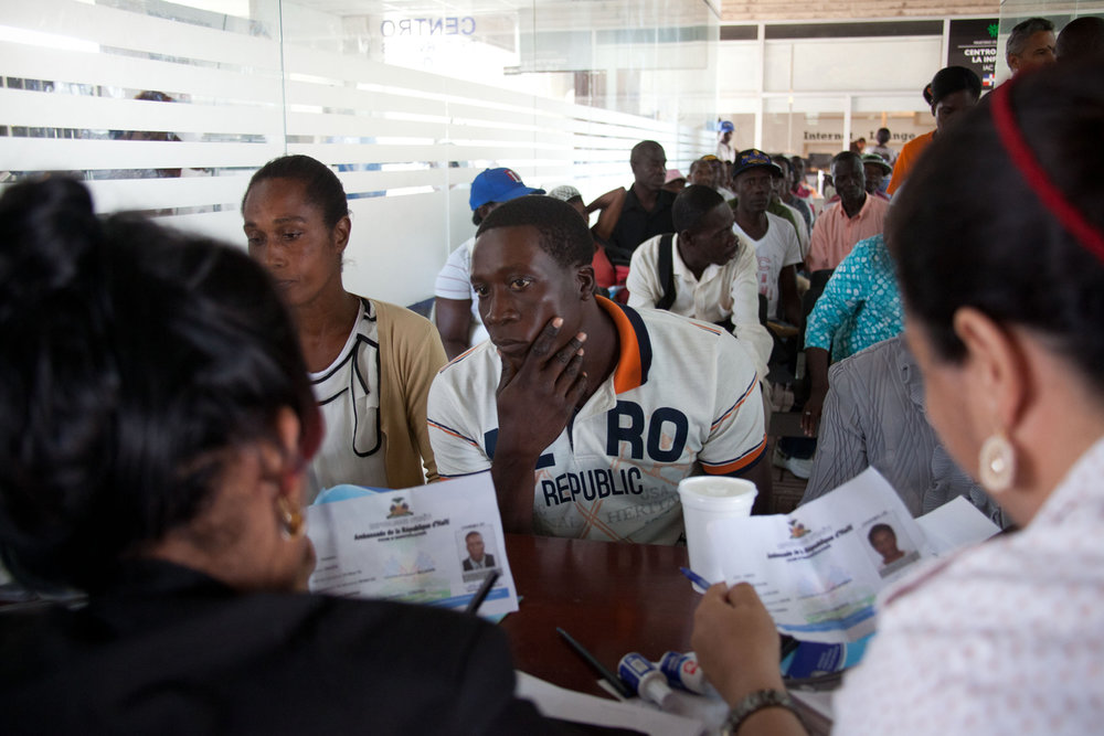 A Haitian immigrant provides his documents at the registry for a new program to provide him legal status at the Ministry of Interior and Police in Santo Domingo, Dominican Republic, Tuesday, June 16, 2015. (AP Photo/Tatiana Fernandez)   Un inmigrante haitiano registra sus documentos al aplicar para el Plan de Regularización de Extranjeros en el Ministerio de Interior y Policía en Santo Domingo, República Dominicana, el martes, 16 de junio de 2015.