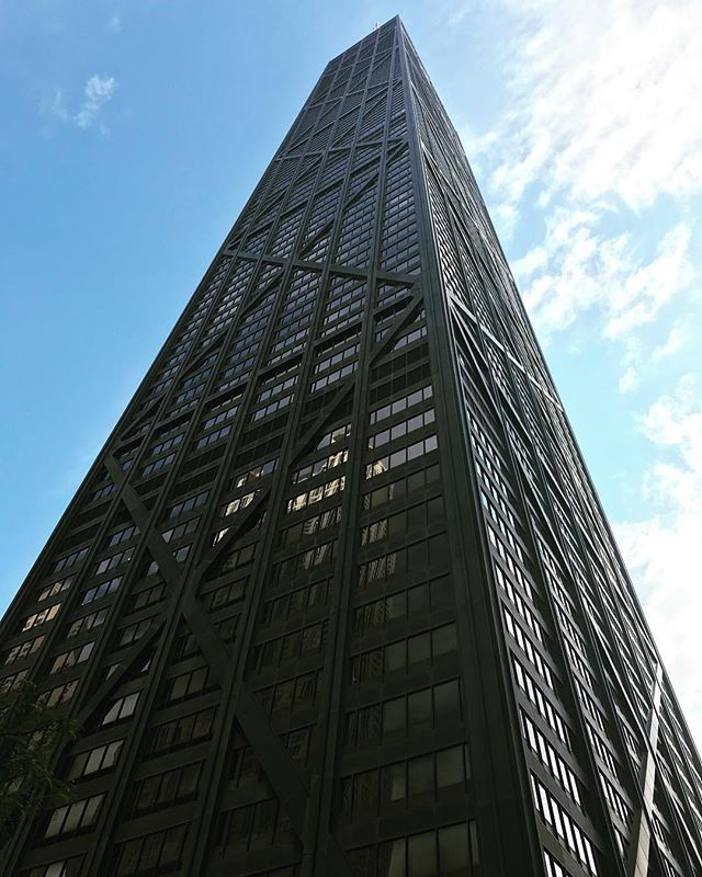 Designer Mies Van Der Rohe was wayyyyy ahead of his time! Still so stunning, his designs are simple classic and sleek. They command attention and stand the test of time. Just a few reasons why he is one of my faves 🖤 #MiesVanDerRohe #Chicago #Architecture