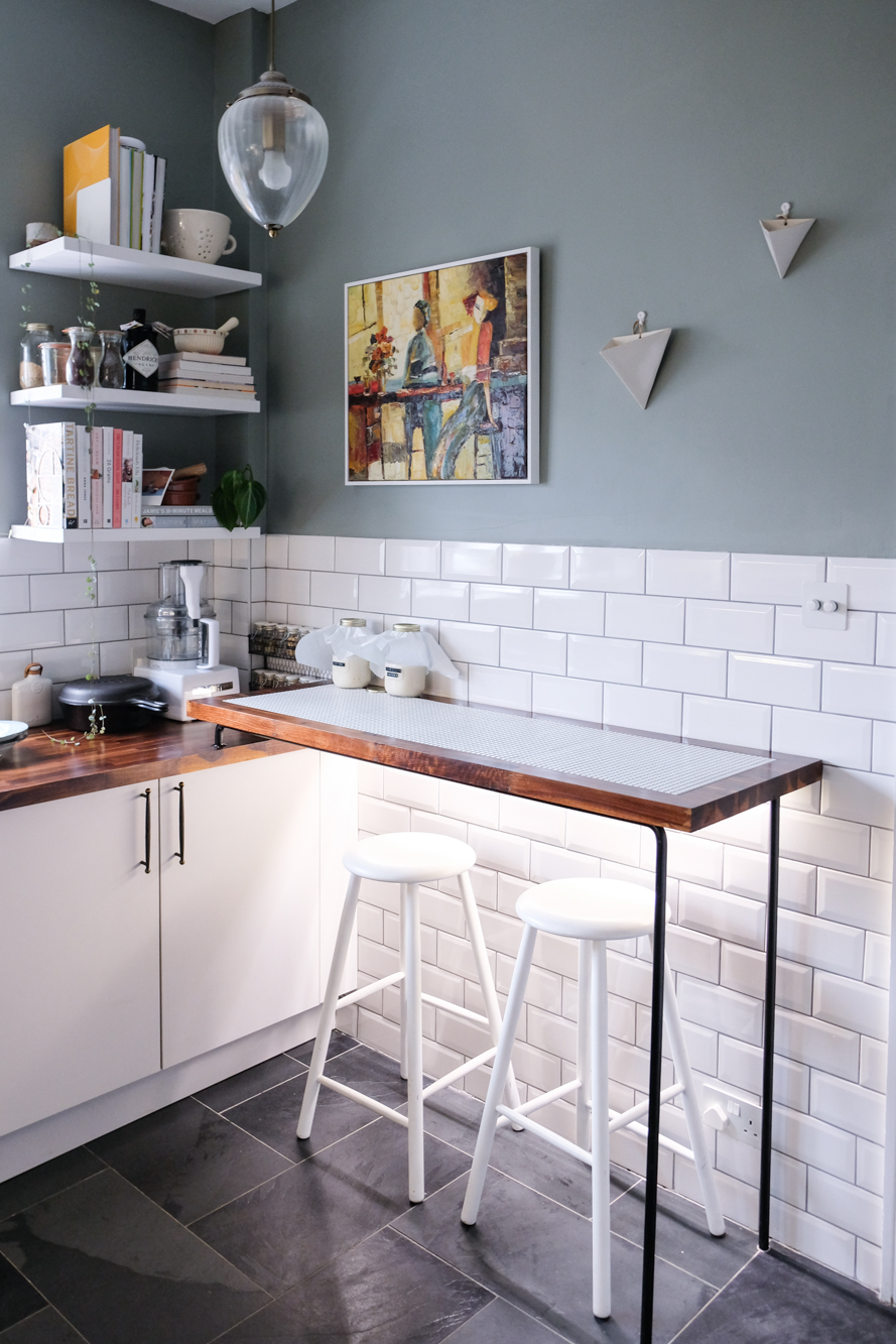 The inlay tile detail on this minimal kitchen bar was so pretty.