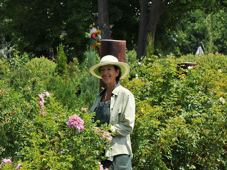 Nicole, une des membres, travaille dans les jardins.