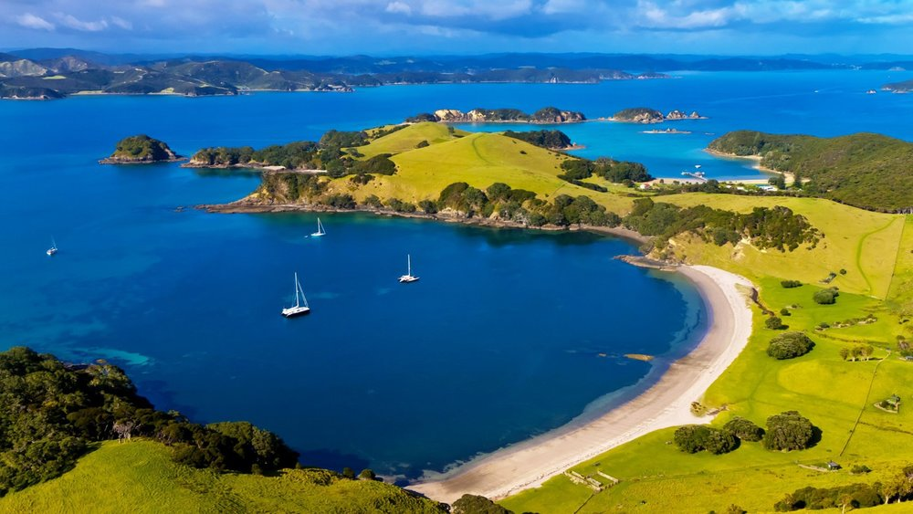White beaches, blue water, islands: Welcome to Bay of Islands, New Zealand