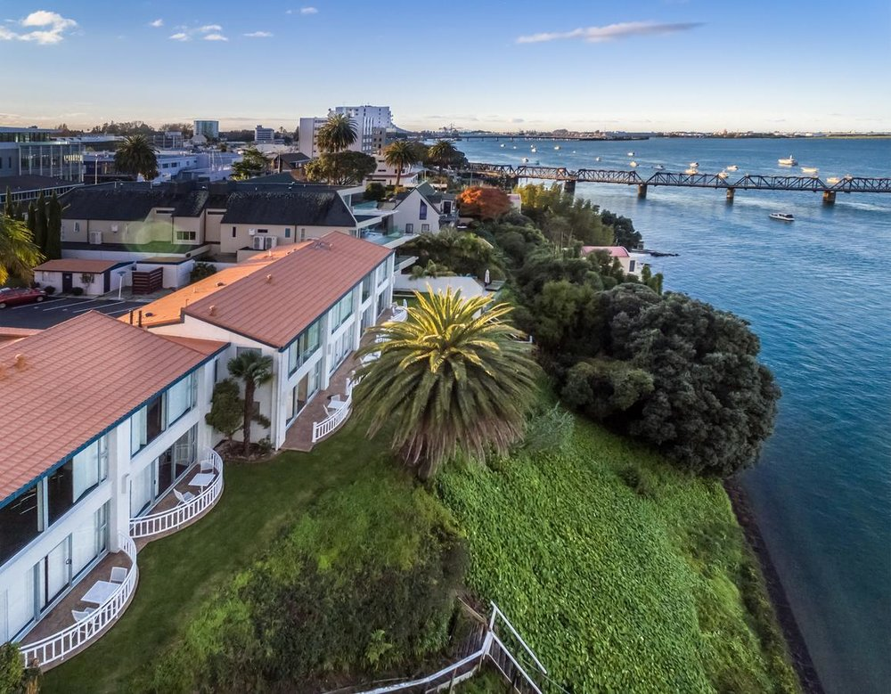 The Tauranga on the Waterfront - Lovely hotel directly on the waterfront. Some of the rooms come with uninterrupted water view. Only a 5 mins walk to the Tauranga centre.
