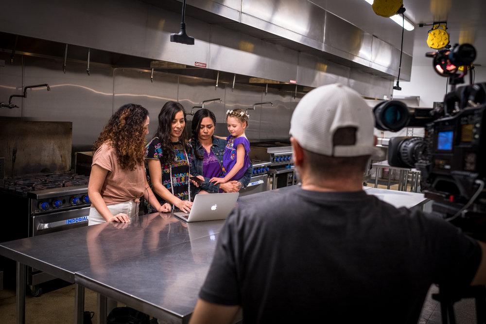 Univision : ¿Quiere tener un negocio de comida en Los Ángeles? Siga a Across Our Kitchen Tables