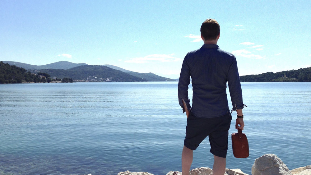 Kim Jordan in Croatia with the luxury Tuscan leather wash bag by Thomas Clipper