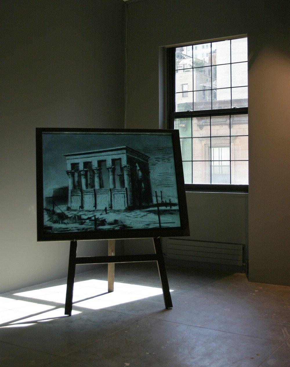 """威廉·肯特里奇 2003 年的电影《长笛课》与他绝大多数以歌剧为主题的作品相似,同样呈现为一种视觉上的准备过程。这部影片中讲述了莫扎特的歌剧《魔笛》,它于 2005 年首次在比 利时皇家歌剧院上演。《长笛课》是典型的肯特里奇作品,利用纸上的炭笔画、随后擦除的过 程以及定格动画来讲述故事。拍摄《长笛课》""""是为了寻找歌剧的视觉语言,""""肯特里奇写道: """"它的形式,以及画面中的黑板是给定的,但是白纸上的炭笔画呈现在胶片的正片和底片上时, 却表现出了黑板上粉笔画的效果,而这就属于我的探索。"""" As with most of William Kentridge's opera themed works, the 2003 film Learning the Flute was visual preparation. In this case, the production was Mozart's The Magic Flute, which premiered in 2005 at the Royal Opera House in Belgium. The film is characteristically Kentridge, using charcoal drawings on paper, subsequent erasures, and stop-motion animation to tell a story. Learning the Flute """"was made to find the visual language for the opera,"""" writes Kentridge. """"The form, the blackboard, was the given; the photographic positive and negative of the black drawing on white paper, reversed to produce white chalk drawings on the blackboard, was the discovery.""""  Learning the Flute, 2003, 35mm film transferred to video, blackboard, easel, 8 minutes, 2 seconds, Blackboard: 63×51-1/4 in. / 160×130cm, Easel: 74-7/8×27-1/2 in./190×70, Courtesy: Marian Goodman Gallery, New York 《学长笛》, 2003年,35毫米电影转成录像,8分钟2秒,John Berens版权所有,艺术家和Marian Goodman画廊提供图片"""
