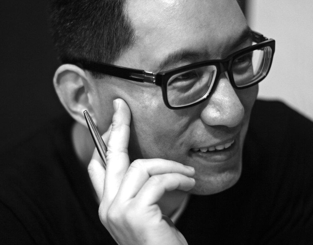 """王俊傑Wang Jun-Jieh - 毕业于德国柏林艺术学院并获得卓越艺术家最高文凭,为台湾少数知名新媒体艺术家兼策展人。1984 年开始创作录像艺术作品,为台湾新媒体艺术的开创者。现专任于台北艺术大学新媒体艺术系副教授,并兼艺术与科技中心主任。1984年获得年度""""雄狮美术新人奖""""。1995年获得德国""""柏林电视塔艺术奖""""。2000年获得日本著名美术杂志《美术手帖》推选为""""最受注目的100位艺术家之一""""。2009年以作品《戴维计划第三部:戴维天堂》获得年度台新艺术奖视觉艺术类百万大奖。重要国际邀展包括:光州国际双年展、威尼斯双年展、约翰内斯堡国际双年展、台北双年展、亚洲艺术三年展、亚 太当代艺术三年展、林兹电子艺术节、上海西岸双年展、柏林超媒体艺术节等。重要独立策展包括:""""时代的容颜""""(台北""""故宫博物院"""", 2002)、""""异响:国际声音艺术展""""(台北市立美术馆,2005)、 台北双年展:(限制级)瑜珈(台北市立美术馆,2006)、台北数 字艺术节(2009, 2012, 2013, 2014)、Videonale:当代国际录像 艺术对话(台湾美术馆,2011)、""""超旅程:未来媒体艺术节""""(关 渡美术馆,2012)等。Wang Jun-Jieh graduated from the HdK Art Academy in Berlin. A pioneer of video art in Taiwan, he is one of the country's few noted media artists as well as an independent curator. He received the Hsiung-Shih New Artists Award in 1984, the Berlin Television Tower Award in 1996 and Taishin Arts Award in 2009. He is currently associate professor at the Department of New Media Art at Taipei National University of the Arts and Director of Center for Art and Technology. Since 1997, Wang has focussed on the international arena, creating works and exhibiting for a more international audience. Among others, he represented Taiwan at the 47th Venice Biennial and participated in the Johannesburg Biennale,"""