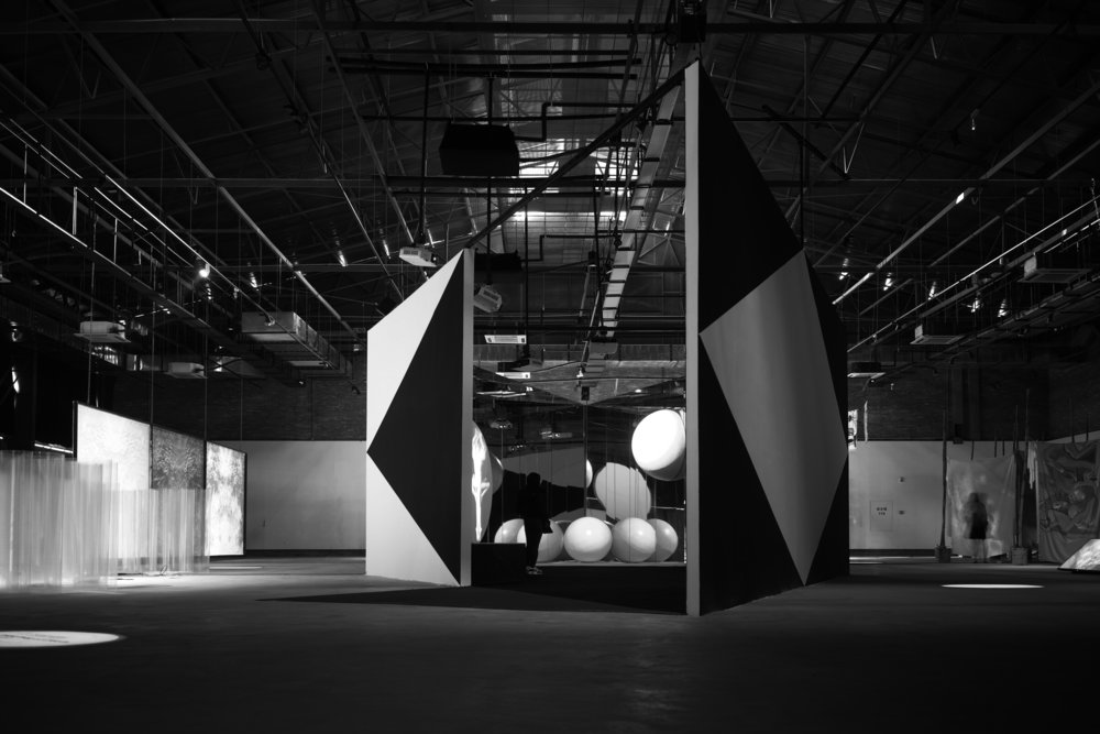 - 云的陵园Cemetery of Clouds 多屏幕镜面投影装置 Multichannel Installation with Mirrors and Projections 声音创作:伯恩特·舒尔 Sound Piece by Bernd Schurer 2016 由第三届深圳独立动画双年展委约创作Commissioned by the 3rd Shenzhen Independent Animation Biennale 瑞士文化基金会支持 Supported by Pro Helvetia云会死去吗?这是这个丰富幻境世界的悖论,关于图像虚空的观与思。一切有形的,一切经历时间的,一切有空间的,想一想是如此巨大,又异常脆弱。——李振华Will clouds die? This is the paradox in a rich world of fantasy, concerning the observation of and reflection on the emptiness of images. Everything tangible, everything that experiences time, everything spatial—just think, they are all so great, and yet so extraordinarily fragile.—Li Zhenhua