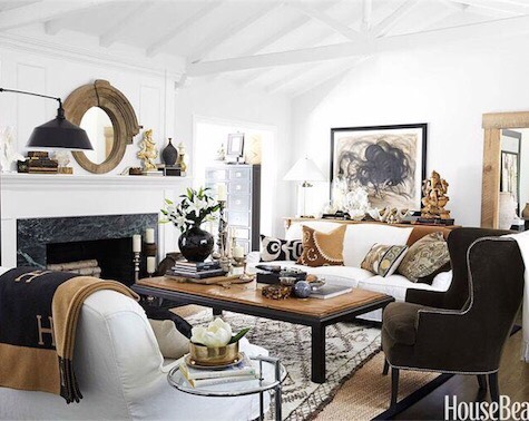 Neutral does NOT have to mean boring. Monica Bhargava if @williamssonomahome proves quite the opposite in her gorgeous home filled with layered textiles and luxurious textures. Travel souvenirs add soul and personality. 📸 Victoria Pearson via @housebeautiful