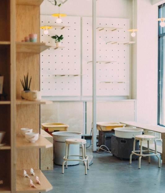 À propos de nous - Ouvert depuis juillet 2018, Les Faiseurs est un café, boutique et atelier de poterie situé au coeur de la Petite-Italie à Montréal.Dans notre espace, nous souhaitons faire découvrir la céramique d'aujourd'hui sous plusieurs formes. C'est l'endroit idéal pour prendre un café ou une bouchée, découvrir de nouveaux artistes dans notre section boutique, ou encore pour suivre un cours de poterie.Venez nous rendre visite!