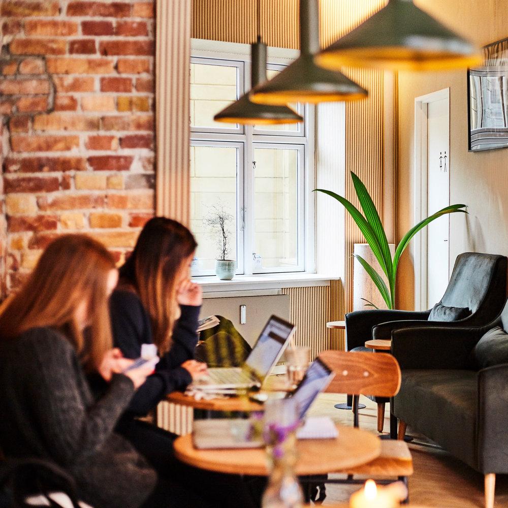 Go' plads til fordybelse - Lokalet har højt til loftet og langt mellem væggene. Du vil sjældent gå forgæves da pladsen er god, hvad end den står på bacheloropgave eller større forsamlinger.Kaffebaren råder over en lang række vinduespartier med direkte udsigt til den pulserende stemning fra Istedgade. Er du mere til ro og fred, anbefales den bagerste kaffestue som hjælper til at afskære byzonens intense og utallige sanseindtryk.