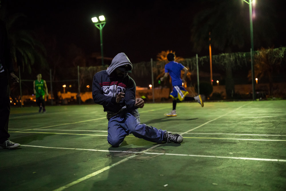 En breakdansare i en park i Jeddah.