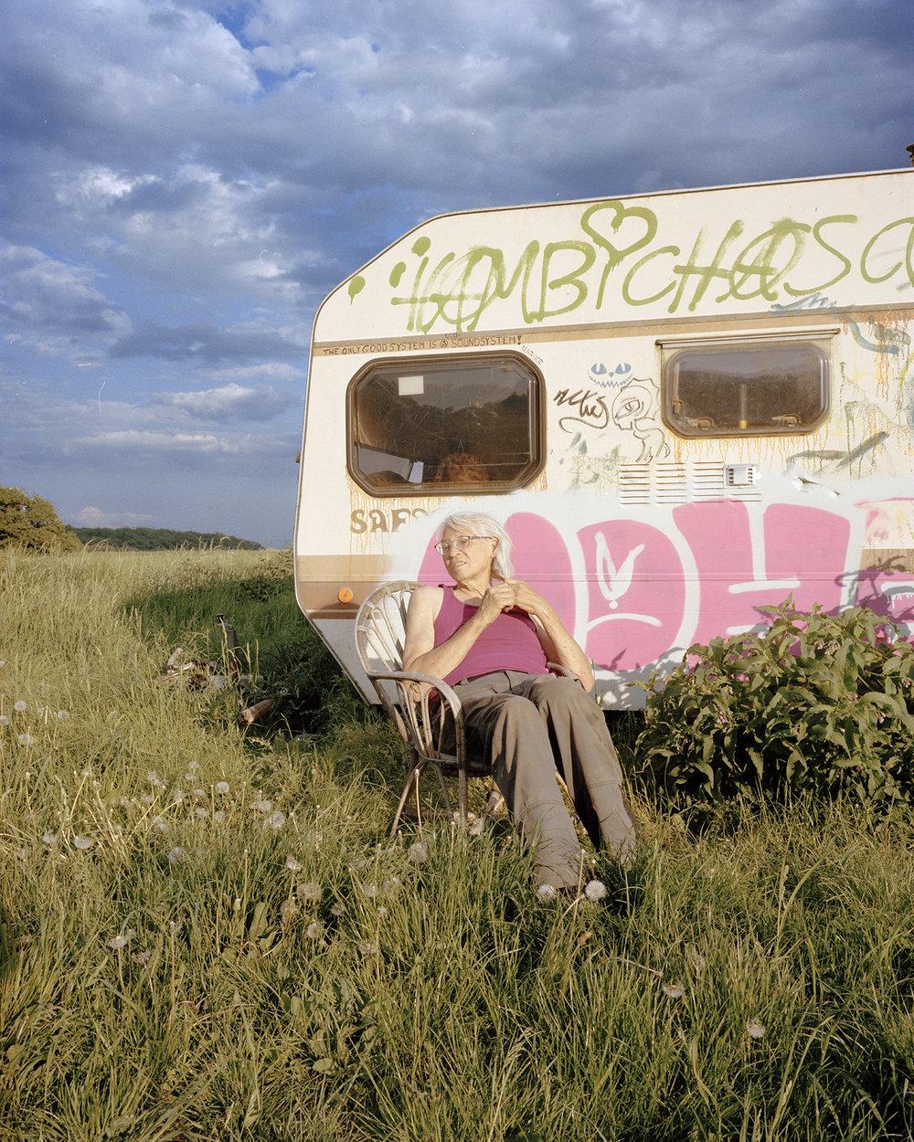 - Pink, en av ockupanterna i Hambacherskogen, utanför sin husvagn på ängen.