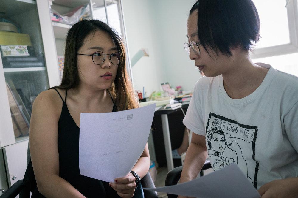 - Xiao La med kollegan Zoe på deras kontor i Peking.