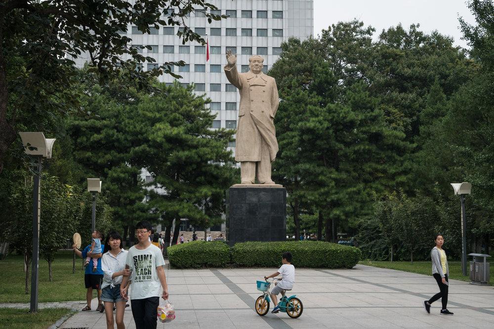 - En staty av Mao Zedong, ordförande i Kinas kommunistiska parti från 1943 till sin död 1976, framför Pekings universitet.