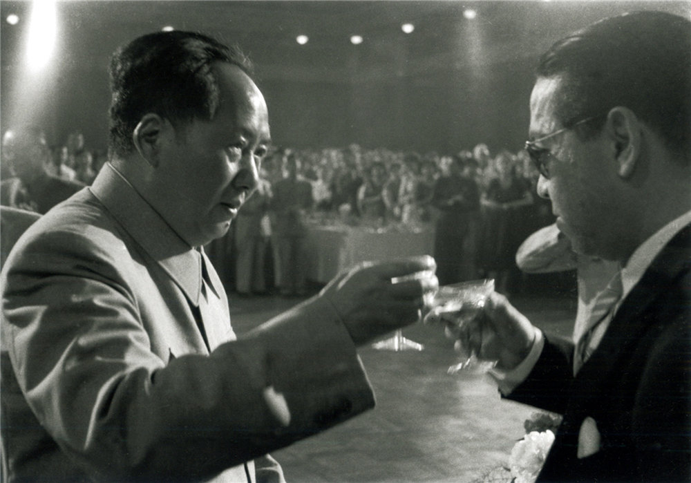 Chairman Mao Tse-tung toasts the Egyptian Commercial Attaché on Egypt's National Day, Peking, 23 July 1956. (RDH C045-28)