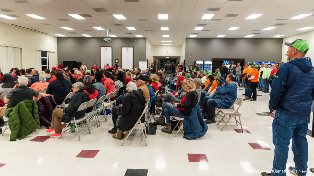 Hundreds gather at Klamath Community College Monday to voice opinions on the Jordan Cove Pipeline. January 7, 2019 (Brian Gailey)
