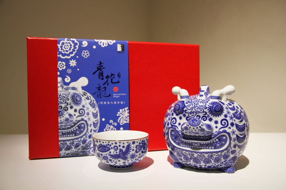 洪易 HUNG Yi〈九龍茶罐—青花龍(精裝) Nine-Dragon Tea Container: Blue and White Dragon (Deluxe Ed.)〉