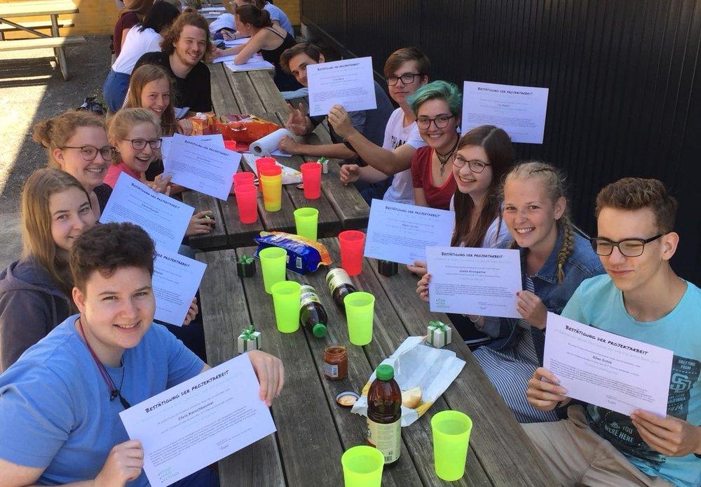 Die motivierte Klasse 3aN der Kantonsschule Olten mit ihren Boost Your School Zertifikaten.