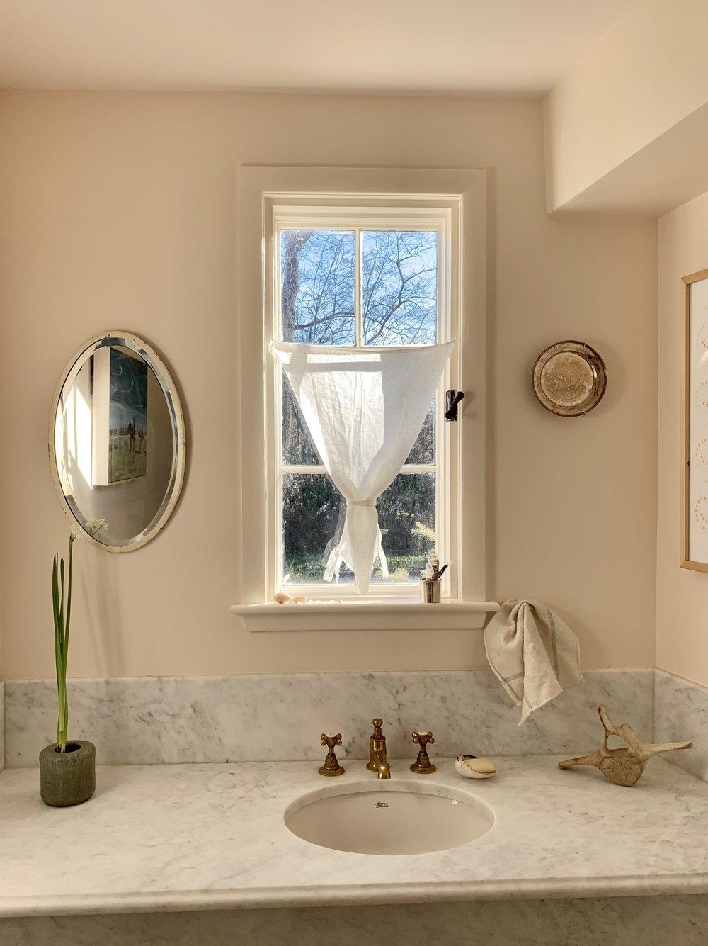 powderroom_carterdesign_renovation_carerra_sink
