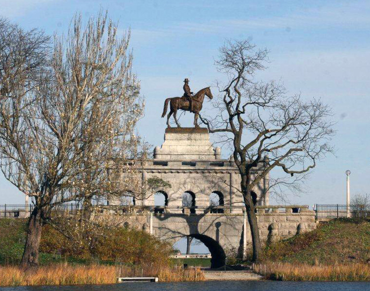 Ulysses S. Grant Monument  stands on an enormous arched base, Lincoln Park