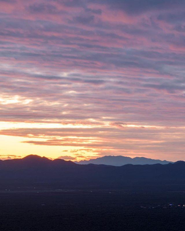 Aaaaaaaand back to Arizona! The land of epic sunsets, fantastic mexicain food l, and jaw-dropping landscapes! ___________________ #arizona #gatespass #mountains #arizonanountains #purple #purplemountains #mountainsunset #jawdropping #landscape #landscapes #sunset #epicsunset #travel #arizonasnow #twilight #eveningphotography #nikond7200