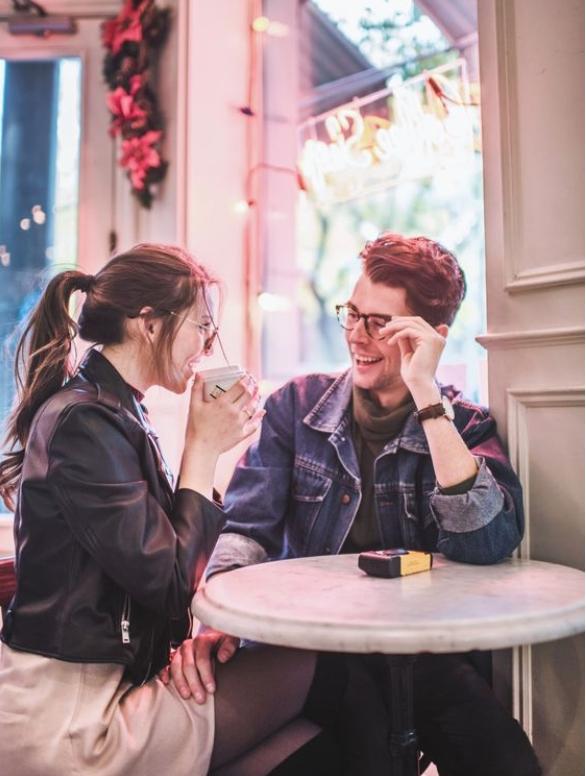 คุยกับเขา -  นี่อาจฟังดูเป็นคำแนะนำที่ชัดเจนจนไม่ต้องพูดก็ได้ แต่ขอย้ำว่าการเข้าไปคุยกับผู้ชายที่คุณชอบ (แทนที่แค่แอบชอบเขาอยู่ห่างๆ) เป็นสิ่งที่ขาดไม่ได้ในการทำให้เขาชอบคุณ    ถามคำถามที่น่าสนใจและชวนให้คิด หาข้อมูลเกี่ยวกับชีวิตของเขา ครอบครัวของเขา และเพื่อนของเขา เล่าเรื่องตลกให้เขาฟัง ทำอะไรก็ได้ที่จะเปิดการสนทนาระหว่างคุณสองคนได้   ถ้าคุณสามารถทำให้เขาพูดเกี่ยวกับสิ่งที่เขารักได้ ไม่ว่าจะเป็นทีมกีฬา วงดนตรี หรือนักเขียนคนโปรด คุณก็กำลังก้าวเข้าสู่ชัยชนะแล้วล่ะ เมื่อเขาคุยเกี่ยวกับสิ่งที่เขารัก เขาจะรู้สึกดี และเมื่อเขาคุยเรื่องนั้นกับคุณ เขาก็จะเชื่อมโยงความรู้สึกดีๆ นั้นเข้ากับคุณ!