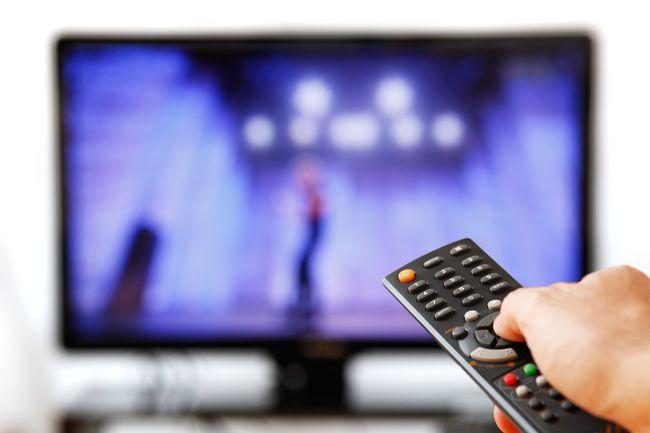 ดูทีวีมากเกินไป - การดูทีวีเพื่อผ่อนคลาย เป็นกิจกรรมโปรดของใครหลายคน แต่การนั่งดูทีวีนาน ๆ ส่งผลเสียมากกว่าที่คิด เพราะจากการศึกษาวิจัยของ University of Rochester ในปี 2010 ได้พบว่า ผู้ชายที่ใช้เวลาดูทีวีมากว่า 20 ชั่วโมงต่อสัปดาห์ ร่างกายจะลดการผลิตสเปิร์ม 44 เปอร์เซ็นต์ ส่งผลทำให้สเปิร์มอ่อนแอ การดูทีวียังทำให้ร่างกายขาดกิจกรรมทางร่างกาย ทำให้ร่างกายไม่สามารถผลิตสเปิร์มได้อย่างเต็มที่ ดังนั้นลองลดเวลาการดูทีวีให้น้อยลง แล้วใช้เวลาเหล่านั้นไปออกกำลังกายเพิ่มขึ้น เพื่อให้สเปิร์มแข็งแรงมากขึ้นดีกว่า