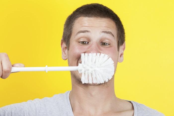 ไม่รักษาสุขภาพช่องปาก - ผู้ชายที่มีปัญหาเหงือกอักเสบ มีปัญหาสุขภาพในช่องปาก จะมีความเสี่ยงต่อการเสื่อมสมรรถภาพ มากกว่าคนที่มีสุขภาพช่องปากปกติมากถึง 7 เท่า เพราะเชื้อแบคทีเรียที่อยู่ในเหงือก จะเคลื่อนที่ผ่านร่างกาย จนส่งผลทำให้หลอดเลือดบริเวณองคชาติเกิดการอักเสบได้