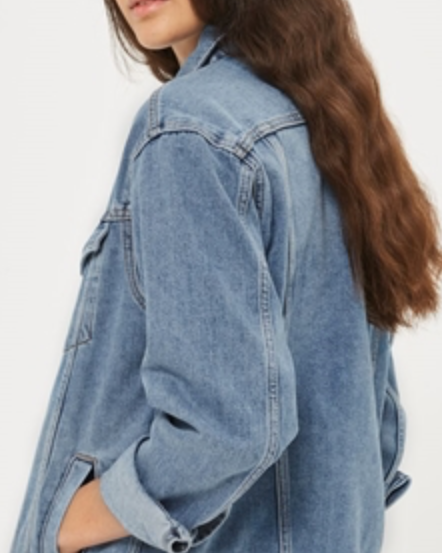 แจ็คเก็ตยีนส์ - แจ๊คเก็ตยีนส์สวยๆซักตัว สวมทับชุดเดรสก็ดี เสื้อยืดก็ดีหรือจะใส่คู่กับกางเกงขาสั้นในลุคสบายๆ ถือว่าเป็นไอเท็มที่ควรมีติดตู้ เพราะสามารถเปลี่ยนลุคได้ตลอดเวลา ทำให้การแต่งตัวของสาวสาวง่ายขึ้น