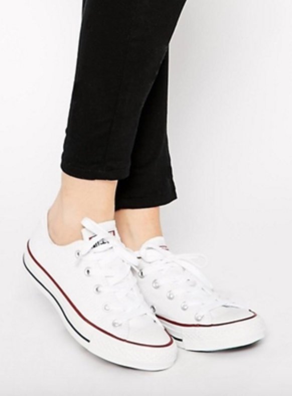 รองเท้าผ้าใบสีขาว - รองเท้าผ้าใบสีขาว รองเท้าที่หยิบมาใส่ง่ายเข้าได้กับทุกชุด เป็นไอเท็มพื้นฐานของการแต่งตัวไม่ว่าจะลุคเปรี้ยวชิด คลูเสื้อผ้าสีสดใสหรือสีอ่อนต่างๆ คุณควรจะมีอย่างมากค่ะ