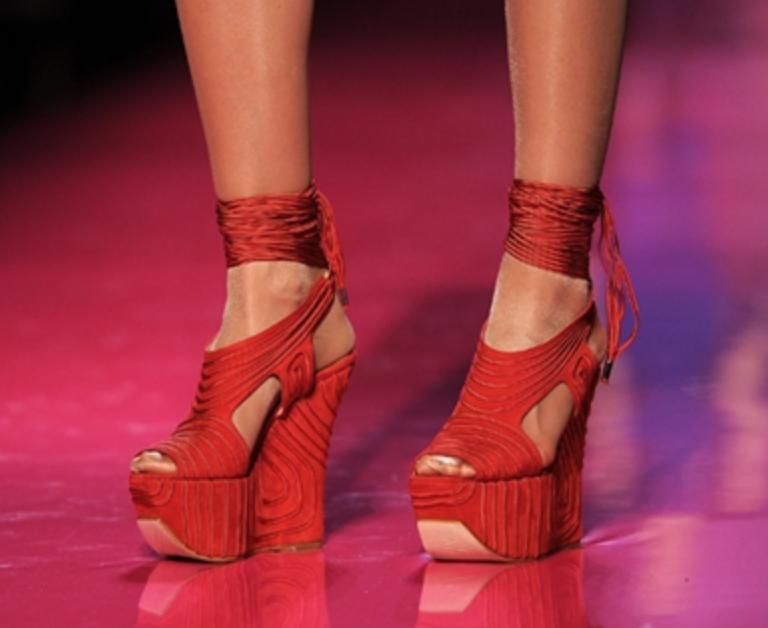 ใส่รองเท้าที่ดูไม่สบายเท้า - เพื่อนผู้ชายของเราเคยเปรยๆ ตอนเห็นสาวคนหนึ่งออกอาการเจ็บเท้าลับหลังแฟนหนุ่มว่า ทำไมสาวๆ ต้องลงทุนใส่รองเท้าที่ดูแล้วทรมานเวลาเดินขนาดนั้นด้วยนะ นางยังบอกอีกว่าชอบดูอริยาบทสาวๆ เวลาเดินสบายๆ มากกว่า อย่ามาเจ็บเท้าเพียงแค่ให้หนุ่มๆ ประทับใจเลย
