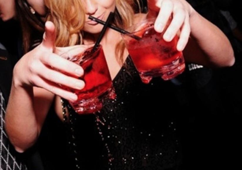 ดื่มจนเมาเพื่อเอาใจ - ไม่จำเป็นต้องเอาใจใครด้วยการเอาตัวเองไปเสี่ยงกับความเมาจนขายขีหน้า หญิงสาวที่ดื่มนิดๆ พอให้แก้มระเรื่อและคุมตัวเองได้อาจดูน่ารัก แต่ถ้าลองได้กลายเป็นลำยอง เอะอะหมดแก้วก็ไม่ไหว แค่สั่งไวน์ หรือแค่น้ำเปล่าด้วยท่าทางที่มั่นใจ ยังจะดูเซ็กซี่ซะกว่า