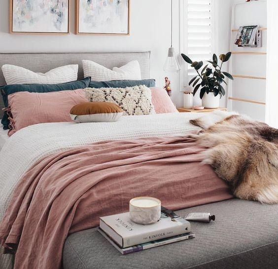 วางโทรทัศน์ไว้นอกห้องนอน - ไม่มีอะไรที่จะทำลายความโรแมนติกได้มากเท่ากับการดูโทรทัศน์ในตอนดึก หากคุณมีปัญหาในการนอนให้ลองอ่านบทกวีความรักหรือนิยายรักโรแมนติก จิตใต้สำนึกของคุณจะเปลี่ยนไปทำให้เกิดพลังแห่งแรงดึงดูด